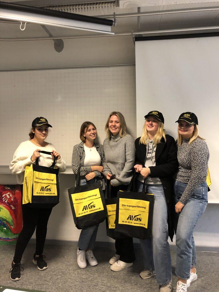 5 piger med merchandise fra AVAS, hvor de har løst en case.