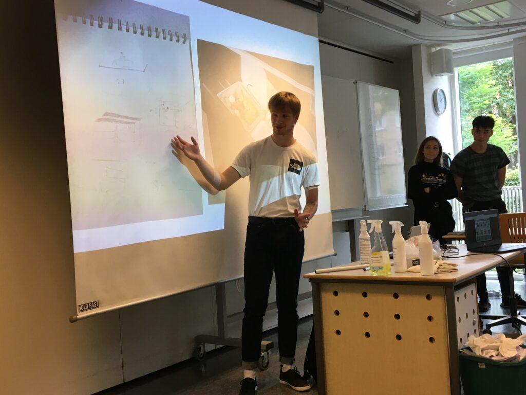 Tre elever fra Aalborg Katedralskole præsenterer deres resultater af deres casearbejde.
